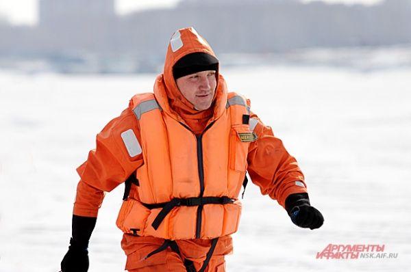 Геройствовать, спасая провалившегося под лед человека, можно лишь в случае, если вы – аттестованный работник МЧС.