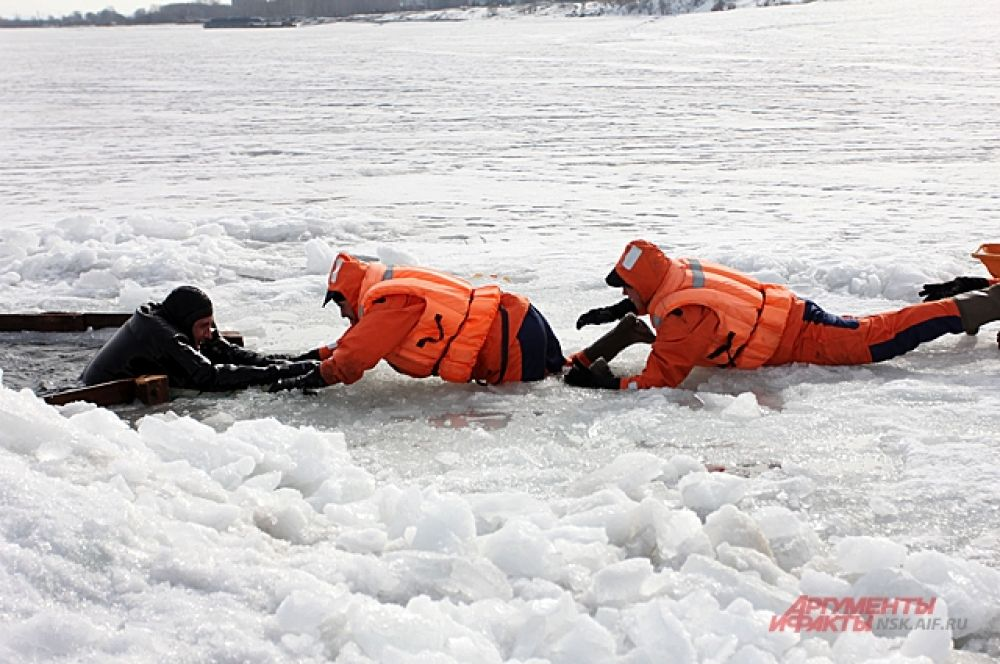 Во всех иных – громко зовите на помощь, звоните в МЧС и бросайте пострадавшему с берега прочную веревку (если есть), протягивайте длинные шесты, доски, но – не спускайтесь на лед!