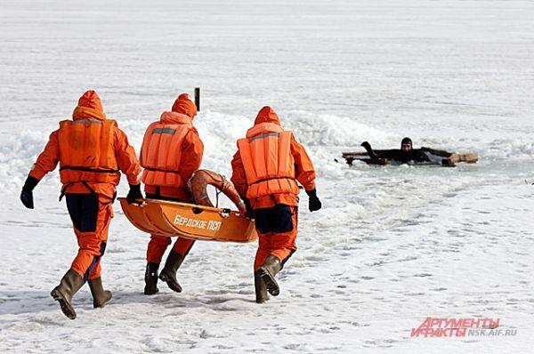 Раскиньте руки, постарайтесь зацепиться за кромку льда. Затем нужно осторожно налечь грудью на край льдины и забросить сначала одну, а потом другую ногу на лед. Если лед выдержал, перекатываясь, медленно ползите к берегу. Ползти надо в ту сторону, откуда пришли — там лед проверенный.