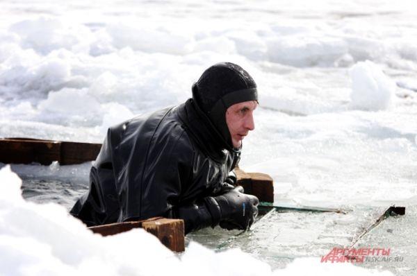 Если вы провалились под лед, не делайте резких движений.