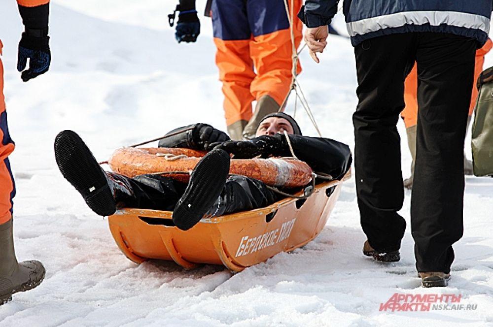 Осторожно вытащите пострадавшего на лед и вместе, ползком, возвращайтесь на берег.