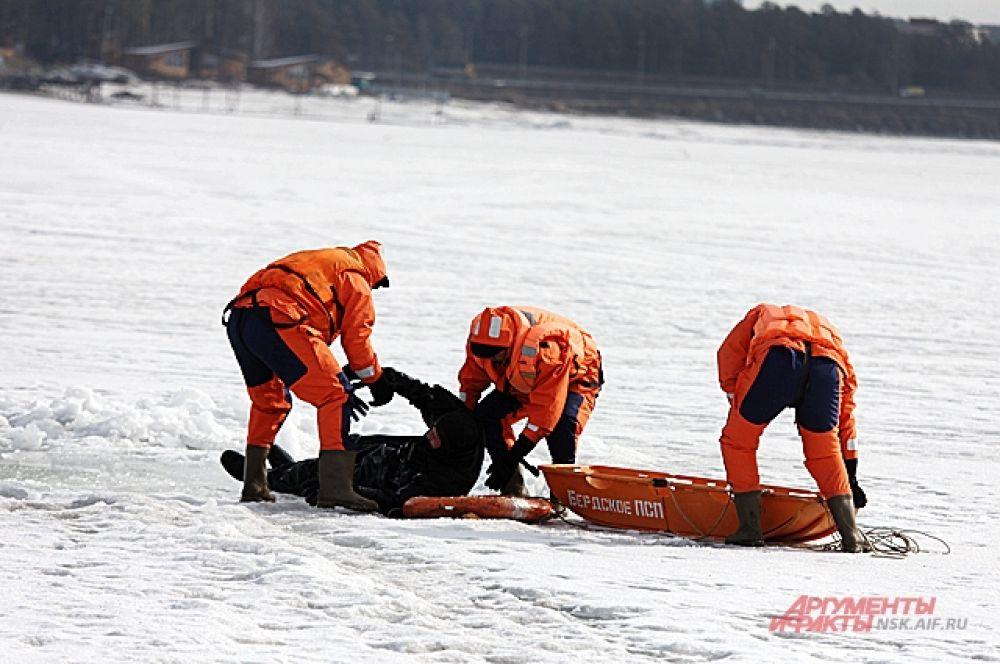 Если вы видите, что кто-то провалился под лед и необходима срочная помощь, вооружитесь длинной палкой или веревкой.