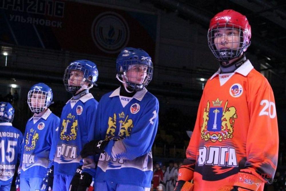 На льду построились молодые хоккеисты всех возрастов