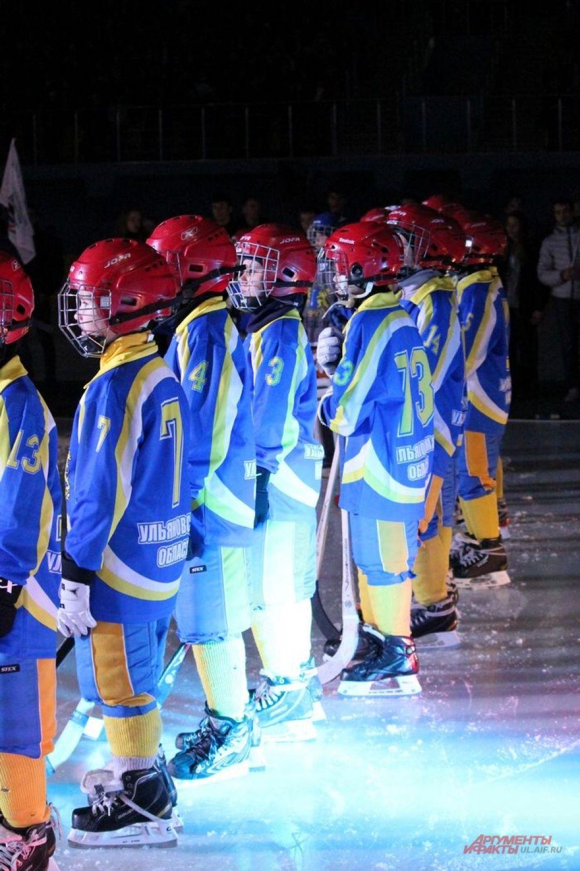 Дети в форме хоккеистов как бы символизировали будущее ульяновского бенди