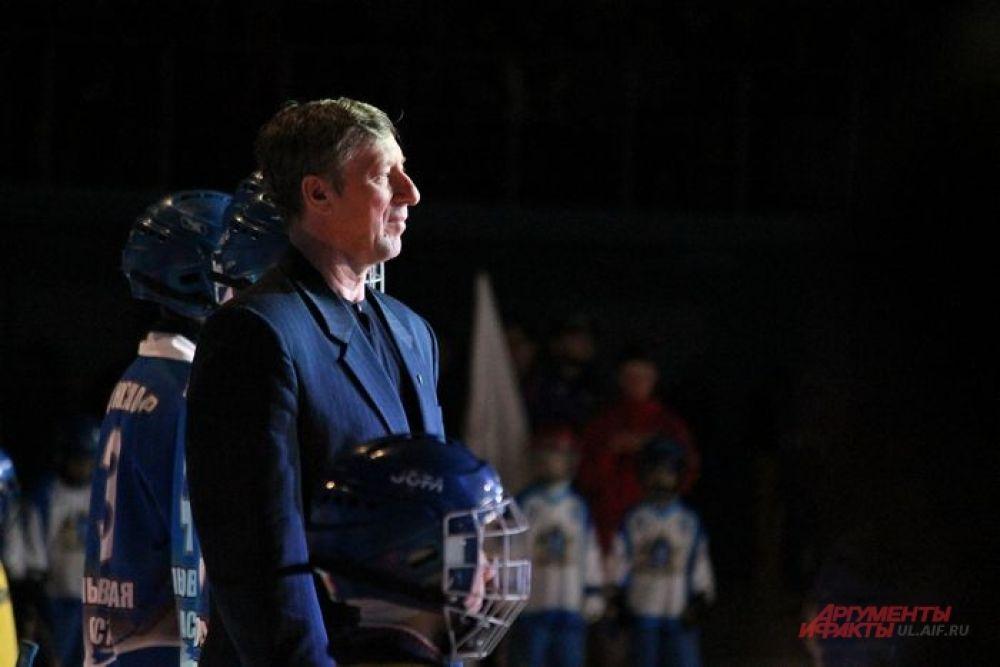 Николай Афанасенко в обществе молодого поколения хоккеистов
