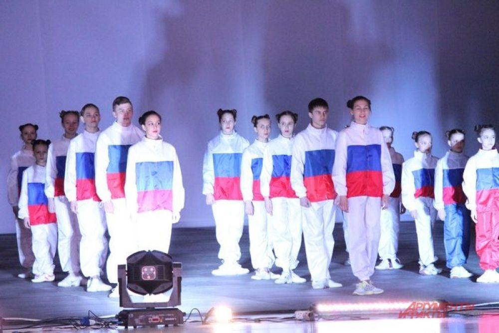 Люди в одеждах цветов российского флага были основной частью массовки