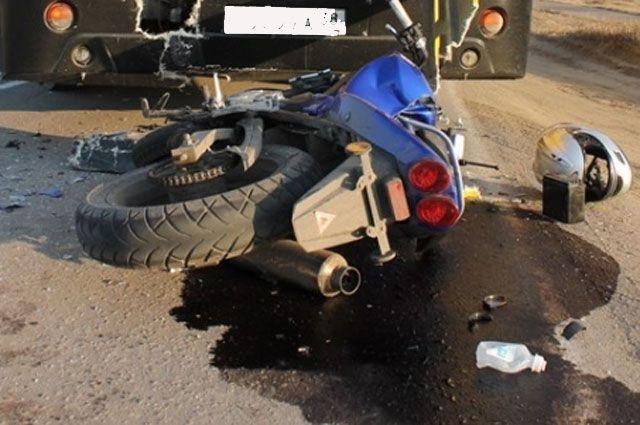 За жизнь мотоциклиста, пострадавшего в дТП, борются врачи.