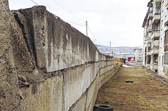 За эту стену будут отвечать жильцы соседних домов?