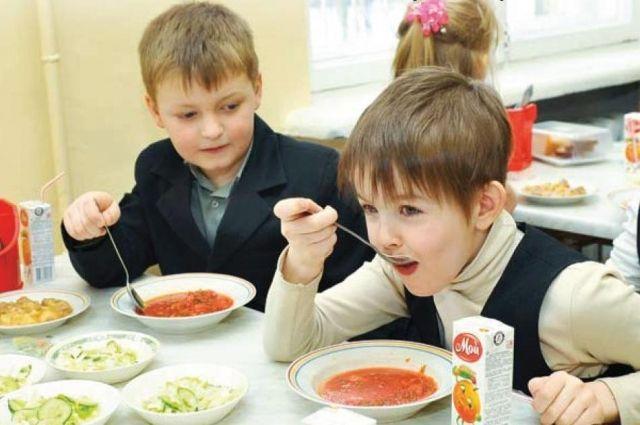 Обычно еда в школьных столовых вкусная и полезная.