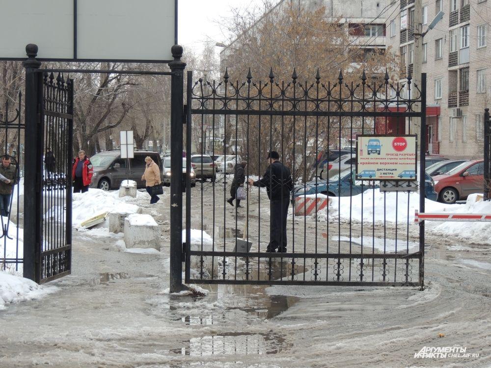 Вооружившись лопатами, работники уличных предприятий вручную расчищают снег и лед.