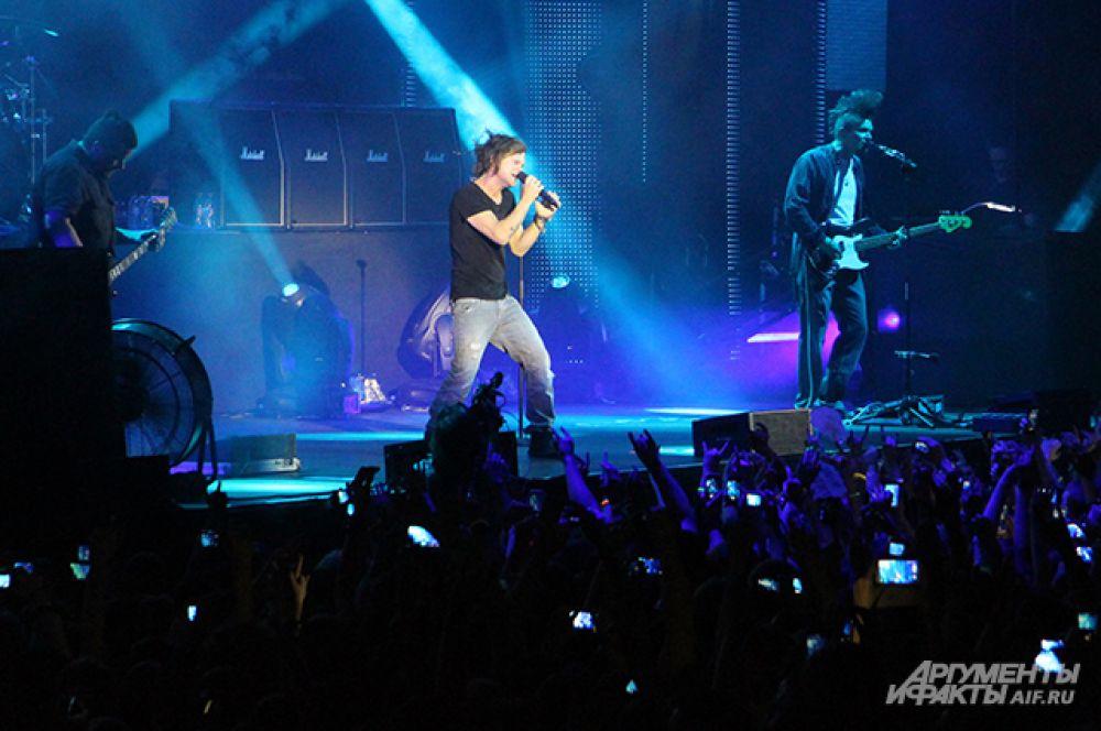 Зрители стремились запечатлеть концерт на камеры фотоаппаратов и мобильных телефонов.
