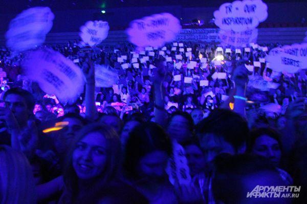 Многие пришли на концерт с флажками и приветственными табличками.