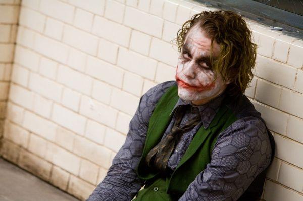Джокер Хита Леджера стал одной из самых обсуждаемых тем ещё до премьеры картины – даже на промо-кадрах было заметно нехарактерное исполнение классического образа.