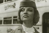 Наталья Кустинская в роли стюардессы в кадре из кинофильма «Королевская регата». 1967 год.