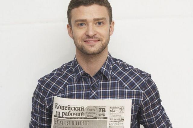 Джастин Тимберлейк читает газету