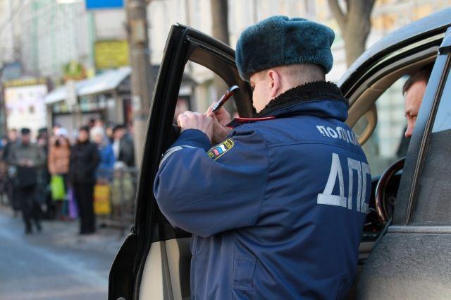 Омские полицейские проверят тонировку машин.