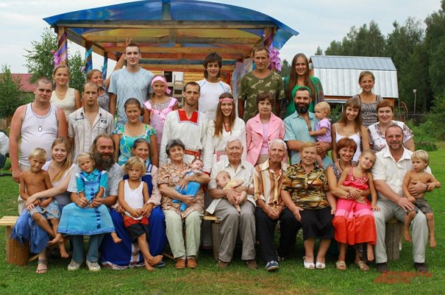 В 2012 г. на свадьбе дочки Василисы и её избранника Павла (молодожёны в центре) собралось четыре поколения как семьи Соловей, так и породнившейся с ними семьи Зайцевых. Марина и Игорь Соловей в нижнем ряду слева.
