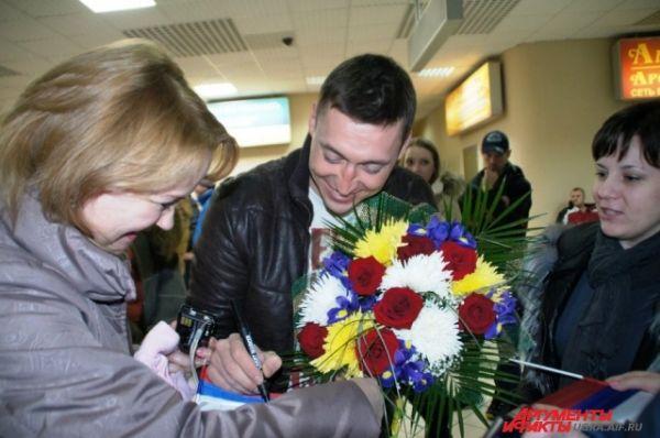 Александр раздавал автографы и фотографировался с поклонниками.