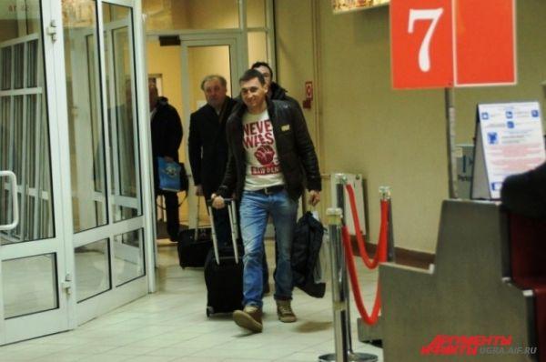 Несмотря на то, что спортсмены прилетели в час ночи, самые рьяные болельщики встречали их в аэропорту.