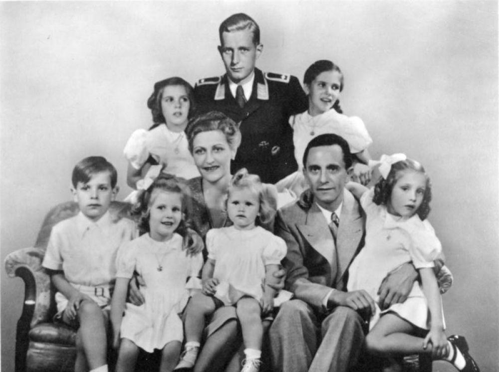 Кроме этого в целях пропаганды в Германии было распространено семейное фото Геббельса, на котором он был изображён вместе с женой и шестью детьми. Находящийся позади в форме Харальд Квандт первоначально отсутствовал, но был добавлен с помощью ретуши.