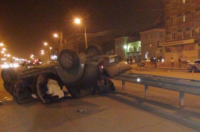 Переворот джипа на дороге привел к гибели водителя.