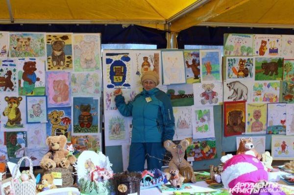 Гости могли оценить рисунки детей, которые были представлены на небольшой выставке. Кто-то изображал медведя с медом, кто-то разъяренного и зубастого, а кто-то – на самокате.