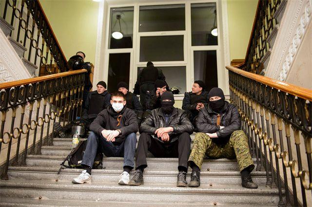 Пророссийские протестующие в здании областной администрации в Харькове.