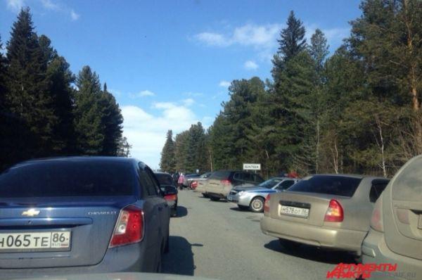 На этот раз возле поселка Шапши, что находится в 30 км от Ханты-Мансийска, образовалась пробка. Мест для парковки практически не было.