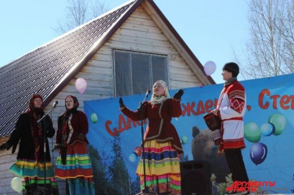 Также для посетителей был организован концерт, где артисты пели русские народные песни.