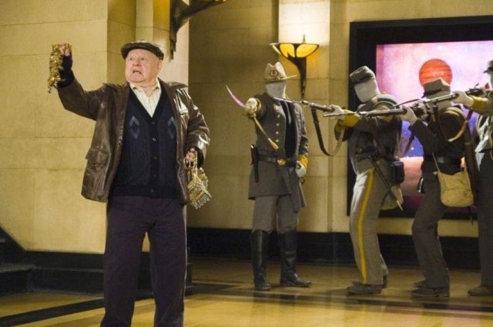 В 2006 году на экраны вышла эксцентричная комедия «Ночь в музее», в которой сыграли многие знаменитые комики, включая Бена Стиллера, Робина Уильямса, Оуэна Уилсона и Рики Джервейса. Одну из ролей – дневного охранника Гаса – исполнил Микки Руни.