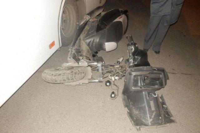 Водитель мотороллера попал под колесо автобуса