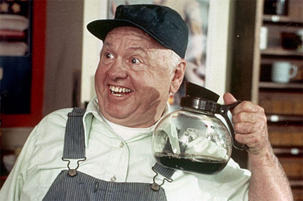 В самом начале 80-х за роль умственно отсталого пенсионера в телевизионной комедии «Билл» Микки Руни премии «Эмми» и «Золотой глобус».
