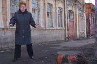 Жительница ул.Лининской Тамара Борисова показывает, что осталось от деревьев