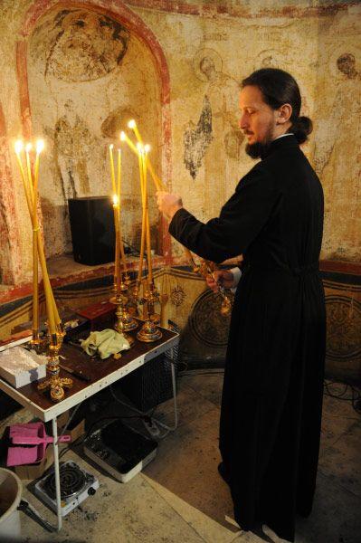 Священнослужитель во время Божественной литургии, Благовещенский собор Московского Кремля.