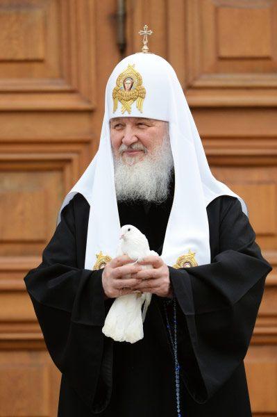 В конце церемонии Патриарх Кирилл выпустил в небо белых почтовых голубей, символ свободы, дарованной людям Спасителем мира Иисусом Христом.