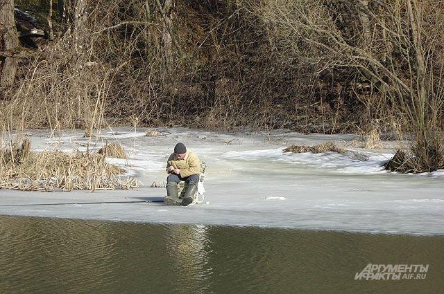 На рыбалке нужно быть осторожным.