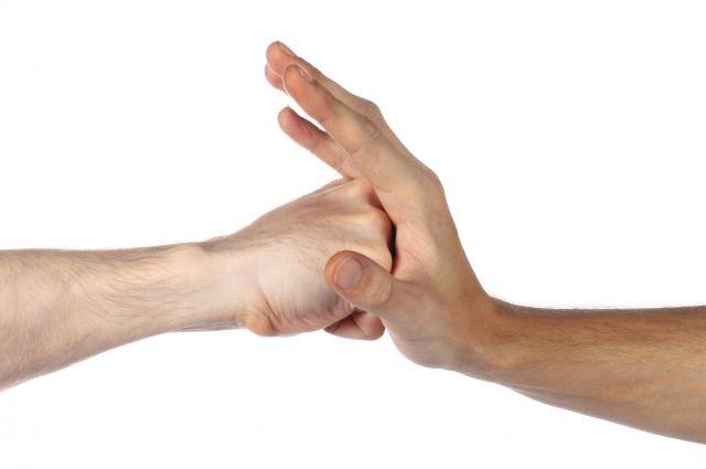 Подростки и педагог взаимно обвиняют друг друга в избиении.