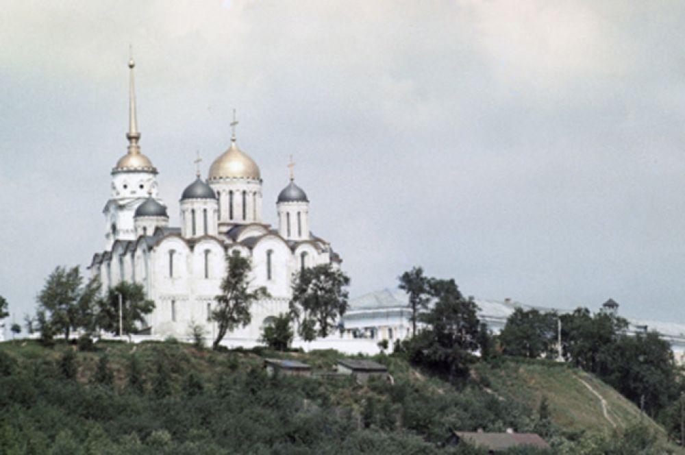 После пожара 1185 года Всеволод III расширил собор. Были пристроены боковые галереи, увеличилась алтарная часть.