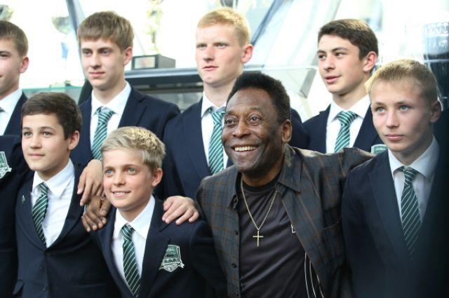Пеле с воспитанниками Академии футбольного клуба «Краснодар».