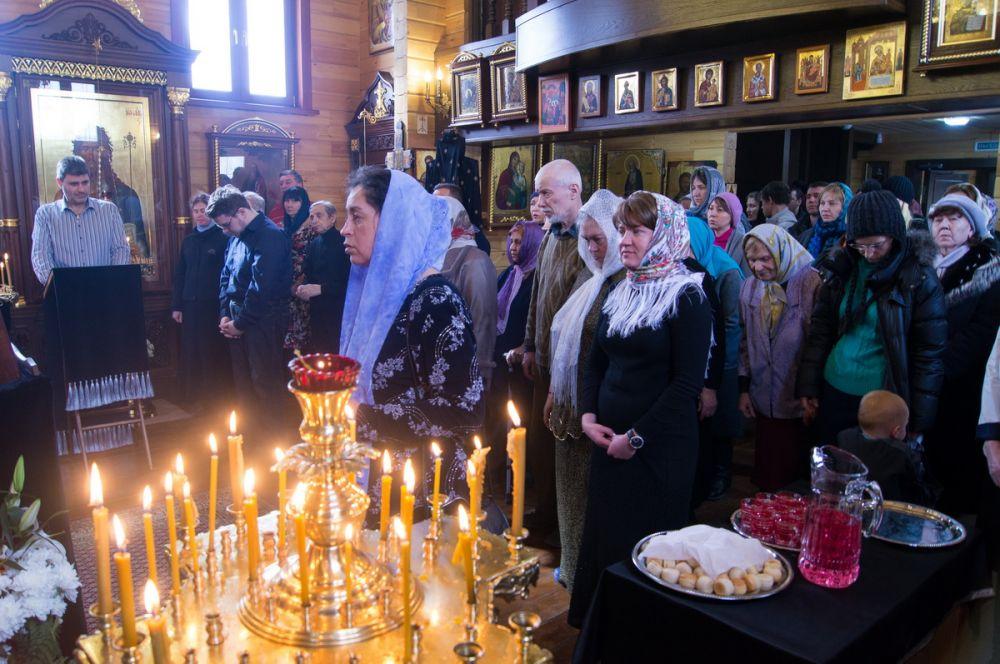 Прихожане храма Бориса и Глеба день праздника Благовещения начали с утренней службы.