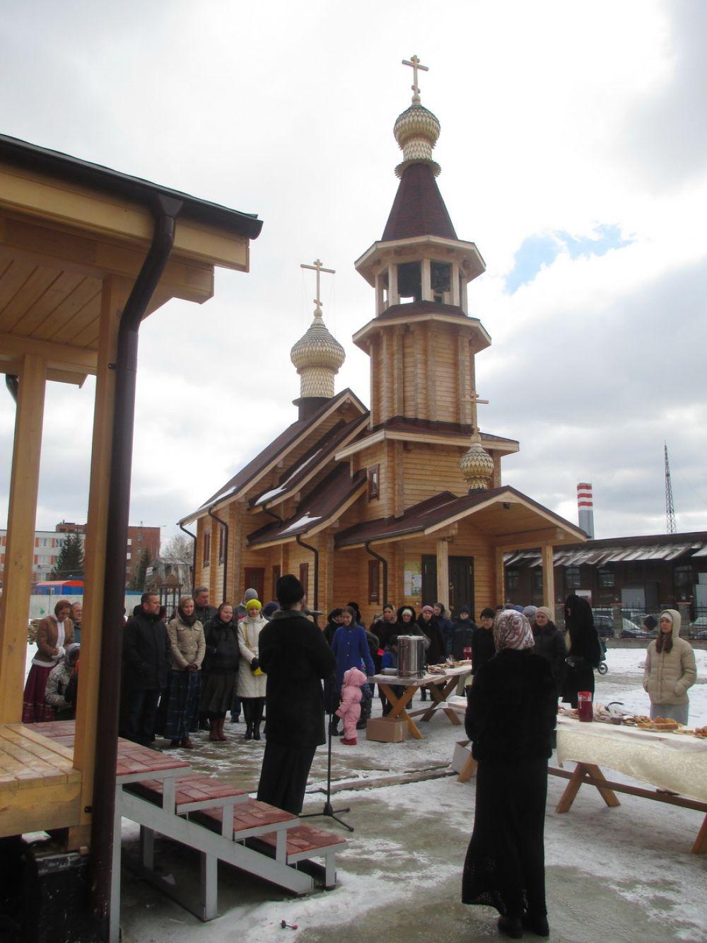 Храм в Пионерском поселке Екатеринбурга построен в лучших традициях деревянного зодчества.