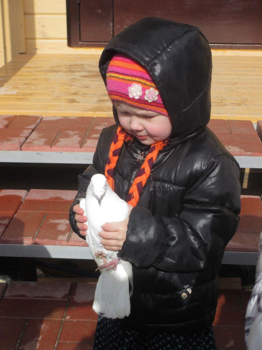 В празднике приняли участие и юные прихожане храма. Современным ребятишкам редко предоставляется возможность подержать в руках птицу.