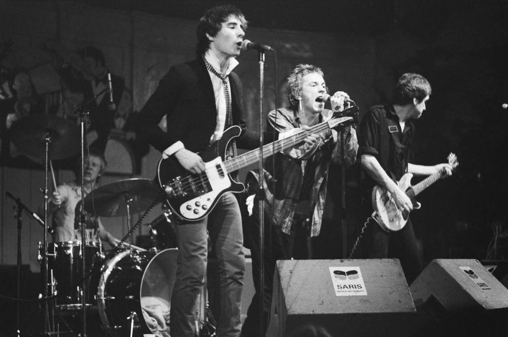 В конце 70-х к выходу альбома Sex Pistols Вествуд создала музыкантам сценические костюмы и футболки с портретом королевы Елизаветы II, изображённой с проткнутым булавкой ртом.
