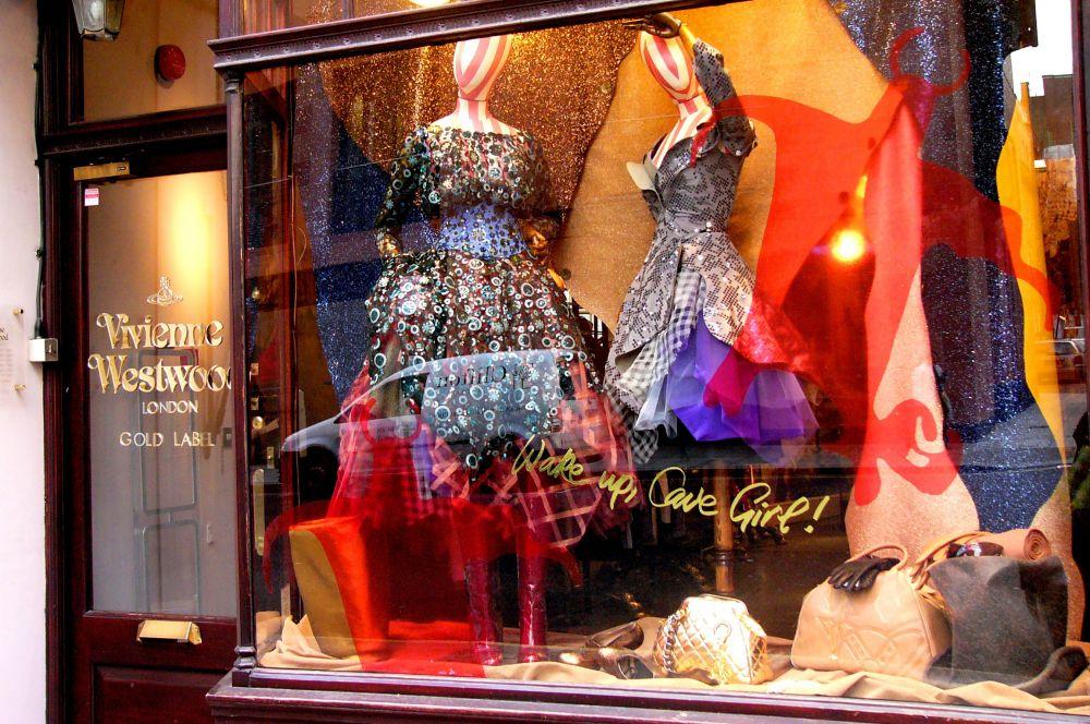 Свои первые коллекции Вивьен Вествуд продавала в небольшом лондонском магазинчике – на дизайн одежды школьную учительницу вдохновил Малькольм Макларен, идеолог панк-культуры и продюсер знаменитых Sex Pistols.