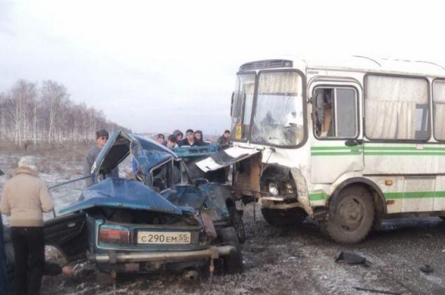 Автобус и легковой автомобиль столкнулись на омской трассе.
