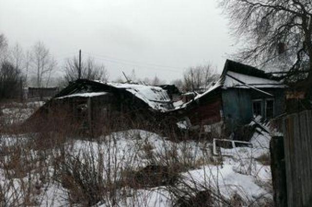 Жительница Тавды «поселила» мигрантов в разрушенном доме