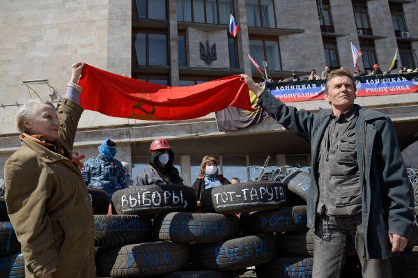 Активисты строят баррикады в Донецке на площади перед зданием облгосадминистрации, опасаясь штурма.