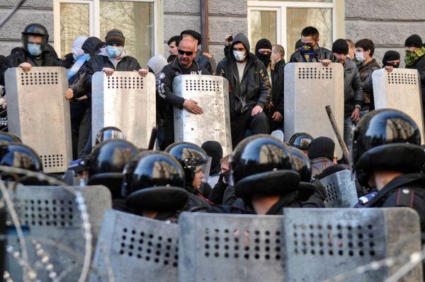 Накануне 8 апреля «народный совет» на заседании принял решение не признавать новую украинскую власть, уволить всех назначенных Киевом представителей власти в регионе и назначить на 11 мая референдум по самоопределению Донбасса.