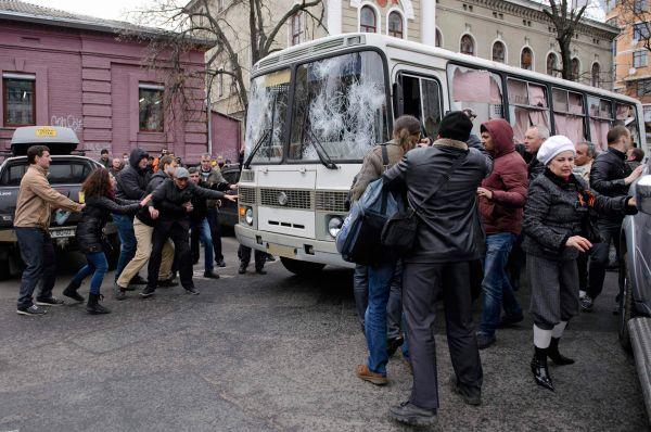 Также во вторник в Харькове вооруженные битами, камнями и кирпичами разгромили милицейские автобусы.