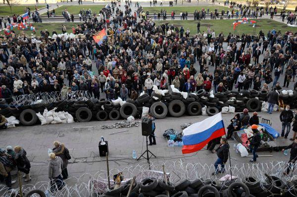 Акции сторонников федерализации под российскими триколорами продолжаются в Донецке, Харькове и Луганске. Участники требуют провести референдумы о статусе этих регионов.
